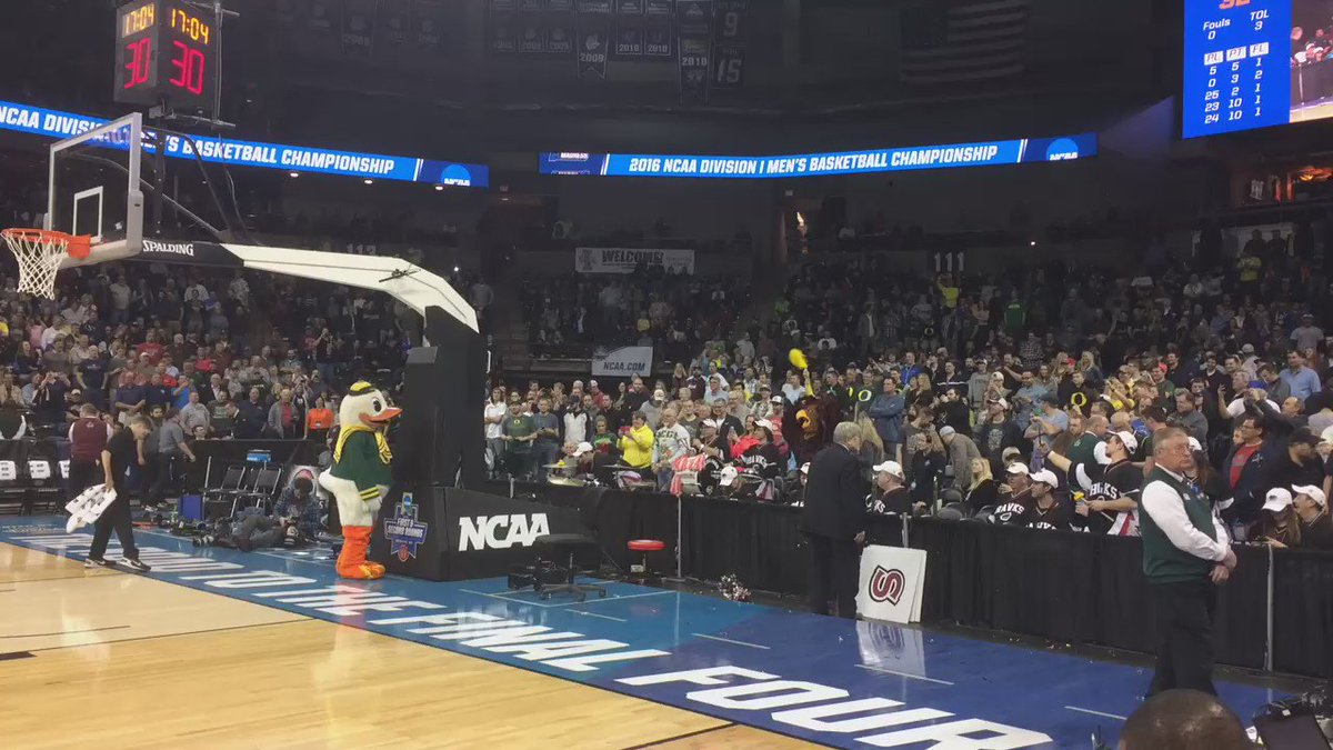 The Oregon Duck is spending halftime mocking the St Joe's Hawk https://t.co/lfW8CPx5TA