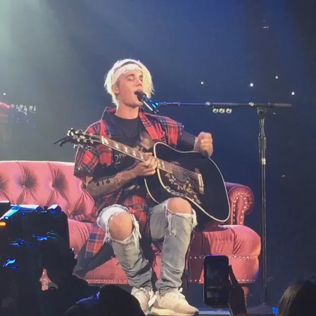 .@justinbieber serenading the sold out crowd with #LoveYourself #PurposeTourLosAngeles https://t.co/jBPTULzQWC