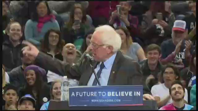 People flip out over bird joining Bernie at the lectern. https://t.co/KKptU17mDF
