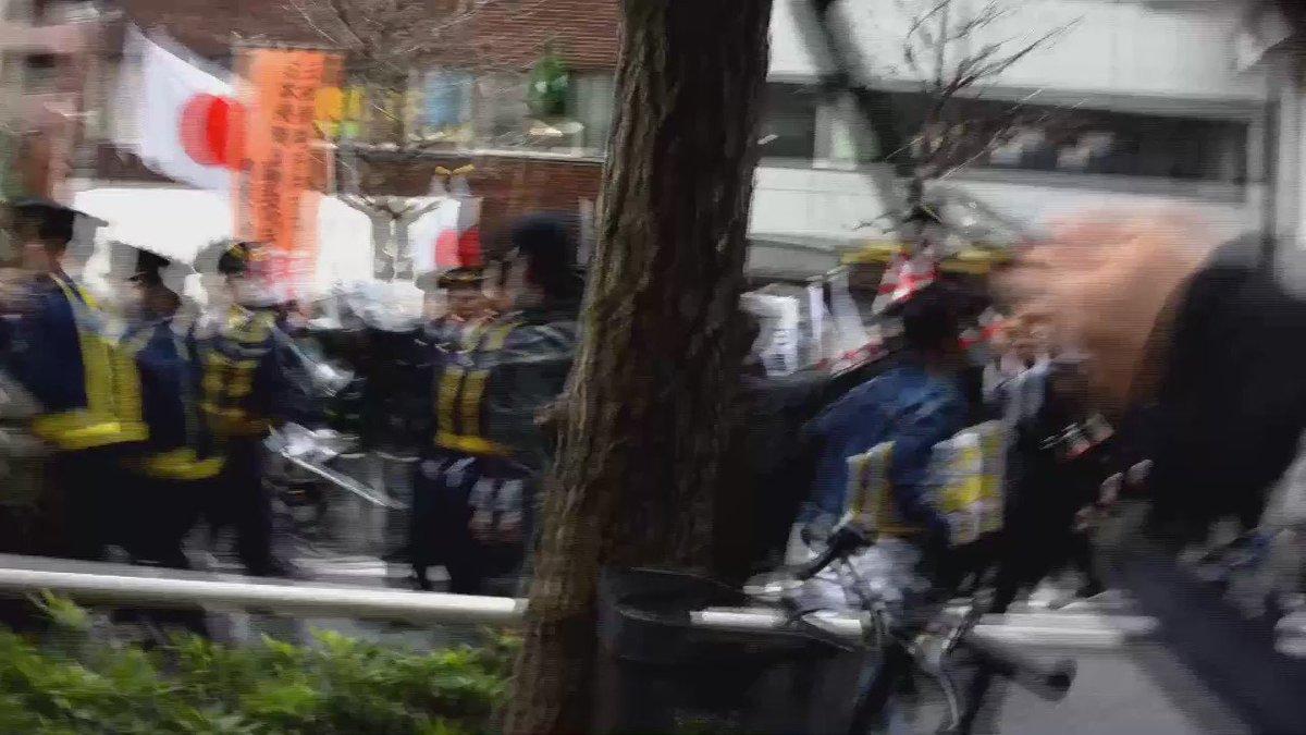 2016.3.27 新宿にて。民族差別主義者によるヘイトデモが行われました。デモに抗議する女性が警察に首を絞められました。その時の映像です。 #0327新宿ヘイトデモを許すな . https://t.co/MSmK63qBSy