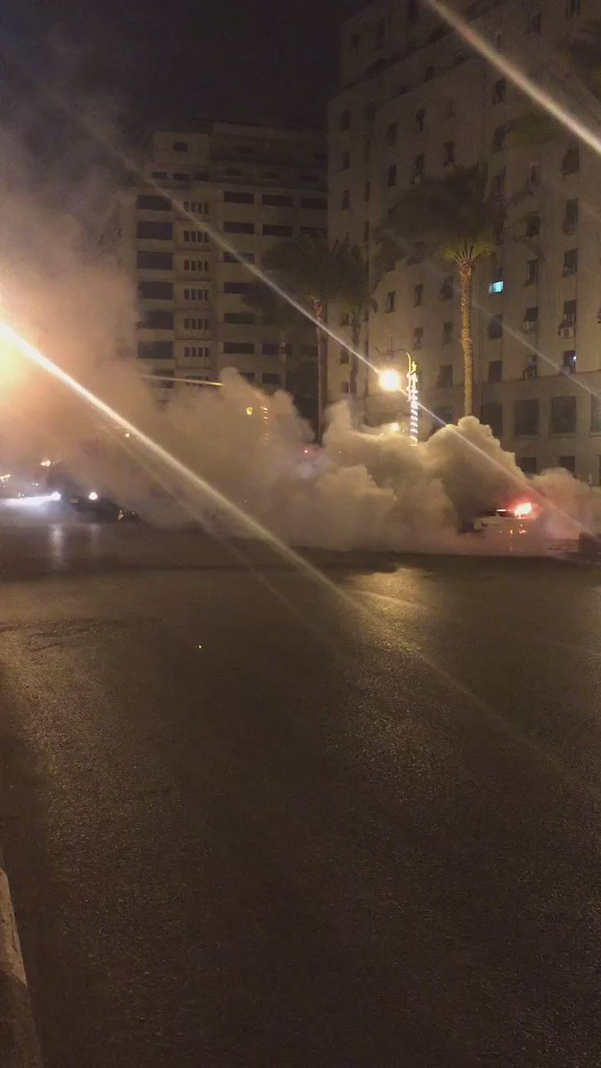 فيديو: سائق تاكسي يشعل النار في سيارته منذ قليل في شارع القصر العيني لتعثره في سداد أقساطها. https://t.co/kIVXfEGaA5