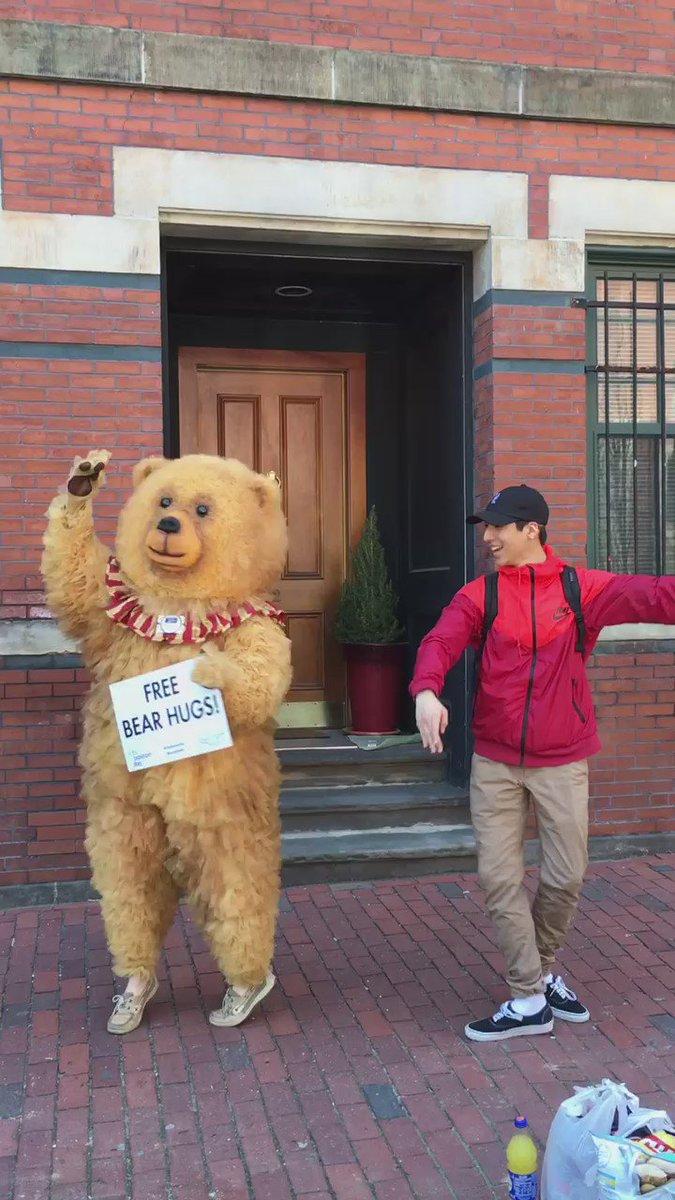 Look who #BBNutcracker Bear ran into? @lexishimoto https://t.co/C6pNaqeGeg