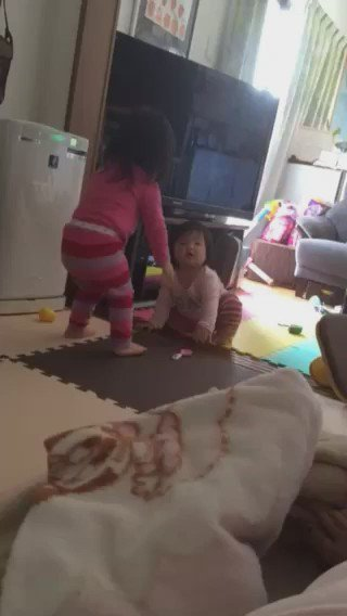 当時1歳の二女が、歩き始めの頃。2歳のお姉ちゃん(長女)が手をとって、一緒に歩いてあげている様子。よちよち歩きがいい。#