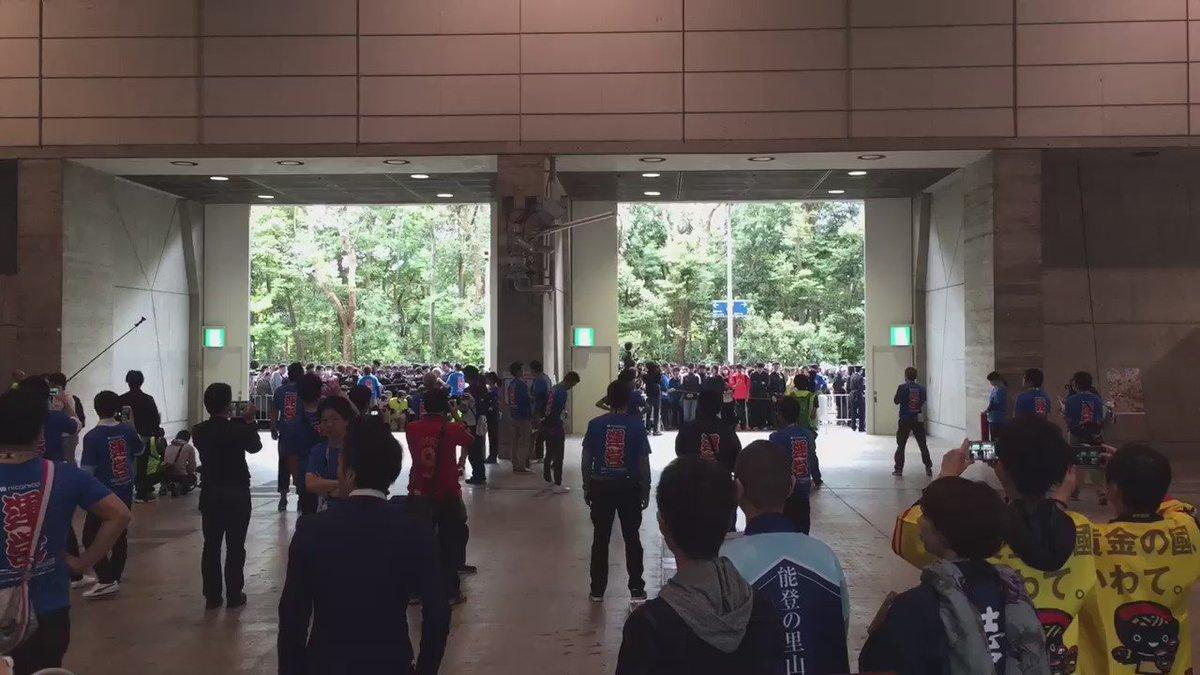 ニコニコ超会議2016開幕しました。恒例の開場ダッシュ&運営のブロック。#超会議 https://t.co/h6QIrE9NyC