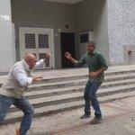 Así fue la agresión contra el secretario ejecutivo de la Unidad,@ChuoTorrealba,durante protesta en Ccs #ViolencaRoja https://t.co/JOTlA4rljx