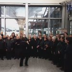 Choral singing at Kent station. How great is that! Tunes and choo-choos https://t.co/Ykvl4cqHFB