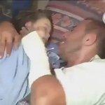 #فديو مؤلم | أب يحتضن طفلته بعد موتها ولا يريد تركها.. اللهم انصرهم وخفف عنهم وفرج كربهم يا رب #حلب_تحترق https://t.co/vujPoCoyT4
