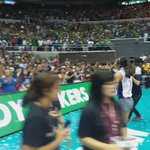 Alyssa Valdez goes around the court to say goodbye to the fans #UAAPSeason78Volleyball @spinph https://t.co/o6MBOKPbwD