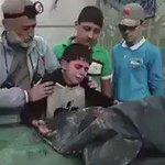 طفل من #حلب يودّع أخاه الشهيد .. هل سمعتم أو شاهدتم غبنة طفل؟ هذه غبنة طفل. كفكف دموعك؛ فسيكفيكهم الله! #اغيثوا_حلب https://t.co/lpRlo5ZXea