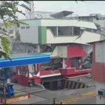 Con una pala hidráulica solo tocó la edificación y se derrumbó #TerremotoEcuador #Manta https://t.co/DNTMQ0ZVRM