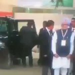 Sonia Gandhi ignoring Manmohan Singh , just like a twitter Celeb ignores a low followed newbie account with EGG DP https://t.co/nACg7t1R35