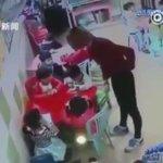 مدير روضة في اليابان يضرب معلمة شاهدها عبر الكاميرا تضرب الأطفال . https://t.co/lnQDhY29Z9