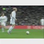 David Beckham cumplió hoy 41 primaveras. Inolvidable su guante en la pierna diestra https://t.co/sHQ4KnRHrx