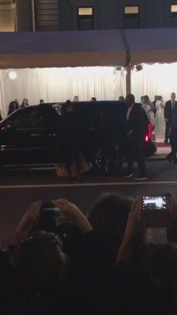 Beyoncé has arrived! #MetGala https://t.co/j6z76ccQDL