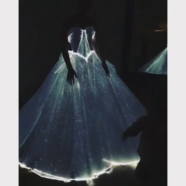 The light up dress by @ZacPosenStudio was the most incredible thing. #metball #zacposen #clairedanes #metball2016 https://t.co/RGqCoahUbu