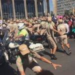 Confusão: militantes tentam impedir trajeto da #ChamaOlimpica https://t.co/jN8VcavBEl