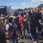 confusão com a passagem da #ChamaOlimpica por Brasília. Manifestantes contra o impeachment querem impedir trajeto https://t.co/QXwvxxIPDC