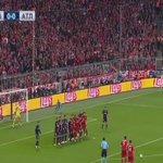 Video: Xabi Alonso akiutia wavuni mpira wa adhabu na kuiandikia Bayern goli 31.  ●Bayern 1-0 Atletico ●(Agg 1-1) https://t.co/8lp6epoJHq