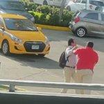 VIDEO   taxista agrede a su pasajero todo empezó por una diferencia en la tarifa que le queria cobrar. @ArielRiosR https://t.co/TQcxInTqFP