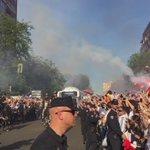"""La LLEGADA del Real Madrid al Santiago Bernabéu. Recibidos al grito de: """"SÍ, SE PUEDE"""". (Vía @EduAguirre7) https://t.co/jyFoYPXwZN"""