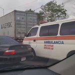 Así se rifa la ambulancia un paso entre el tranque del corredor norte a esta hora . @tvntrafico https://t.co/D04Bl5Ds1q