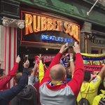 Youll Never Walk Alone en el centro de Liverpool entre aficionados del #Liverpool y #Villarreal (Vía @LFC) https://t.co/UNNMYosXSr