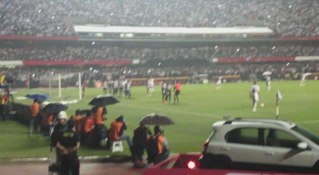 Esse vídeo foi feito pelo Luis Fernando Aguiar. Ele filmou o gol e sua própria queda. #trmorumbi https://t.co/lcOjJ3TWtJ