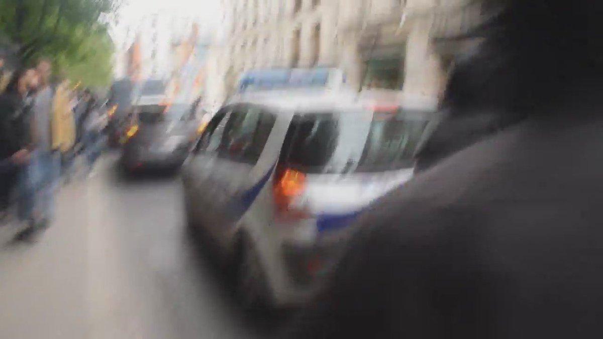 Voiture de police incendiée à Paris : les images de l'incident. https://t.co/D2ufLxB01Z https://t.co/vzMC8goMrD