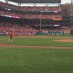 .@CoachTFord5s first pitch at Busch Stadium. #Billikens #STLCards https://t.co/mRpVK8laFv