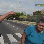 ¡INDIGNANTE! Abuela diabética llora y se acuesta en la vía por no tener insulina ni comida. #OEACartaDemocraticaYA   https://t.co/50ln0FpH6T