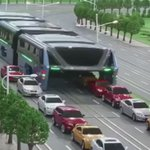 نموذج لباص يبنى حاليا في بكين، سيسير فوق السيارات، ويحمل ١٤٠٠ راكب، هدفه تخفيف الزحام بقدر ٢٠-٣٠٪. https://t.co/HsNGgkrrte