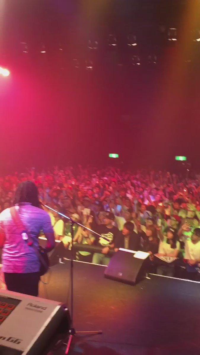 大阪はやっぱりReggae Town! 俺らがずっとプレーしてきた曲も知ってるし@ChronixxMusic の曲もがっちり! 現場でも言ったけど現場に来てくれる人達はマジでRespect !! #mightycrown 25th https://t.co/ay5UC3WDV1