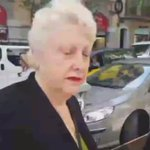 Brutal respuesta de una vecina al intento de criminalización de una periodista de Antena 3 #ElBancEsDefensa https://t.co/YfG6ZnpkVW