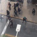 Los estudiantes sin provocacion alguna queman Moto de carabineros. @INFORMADORCHILE @24HorasTVN @chvnoticiascl https://t.co/3rTWtVrbTC