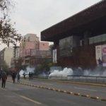 Estudiantes intentan avanzar por la Alameda, donde se enfrentan con Carabineros a la altura de UC #MarchaEstudiantil https://t.co/X5HIzxVeLQ