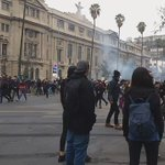 Ahora en frente de la U Católica mucho gas guanaco los estudiantes corren x calles aledañas #YoApoyoALosSecundarios https://t.co/AMqznoMs2I