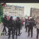 Un policier dégoupille une grenade, un manifestant sécroule au sol blessé à la tempe, cet après-midi à Paris. https://t.co/9caBTv6MV6