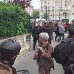 Le policier regarde à peine ou atterrit sa grenade. Un manifestant seffondre.. #manif26mai #LoiTravail #LOIELKHOMRI https://t.co/qkqShWNUms