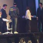 160528 แฟนชี้ไปที่หมวกของเซฮุน เซฮุนเลยถอดหมวกของตัวเองแล้วใส่ให้แฟนคนนี้ค่ะ โชคดีมากๆเลย ㅠㅠ cr: _lumos https://t.co/YIQ6X8j2I8