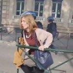 Violencia policial contra una mujer en las manifestaciones de Francia. VERGONZOSO. https://t.co/WYDTPAWVrp