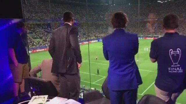 """ريو فيردناند يتابع كريستيانو رونالدو لحظة تسديد اخر ركلة ترجيحية في نهائي الابطال و يردد """"يستحقها يستحقها"""" https://t.co/mz2GTniLxh"""