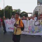 """Групата демонстранти со транспарентот """"Хорхе ти си срам за Македонија"""" се движи кон Собрание #протестирам https://t.co/mnipWuWE0u"""