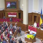 #Савченко зірвала свій портрет у Верховній Раді . Повне відео - тут  https://t.co/FKhgWtqdzX https://t.co/LhSW10BXiW