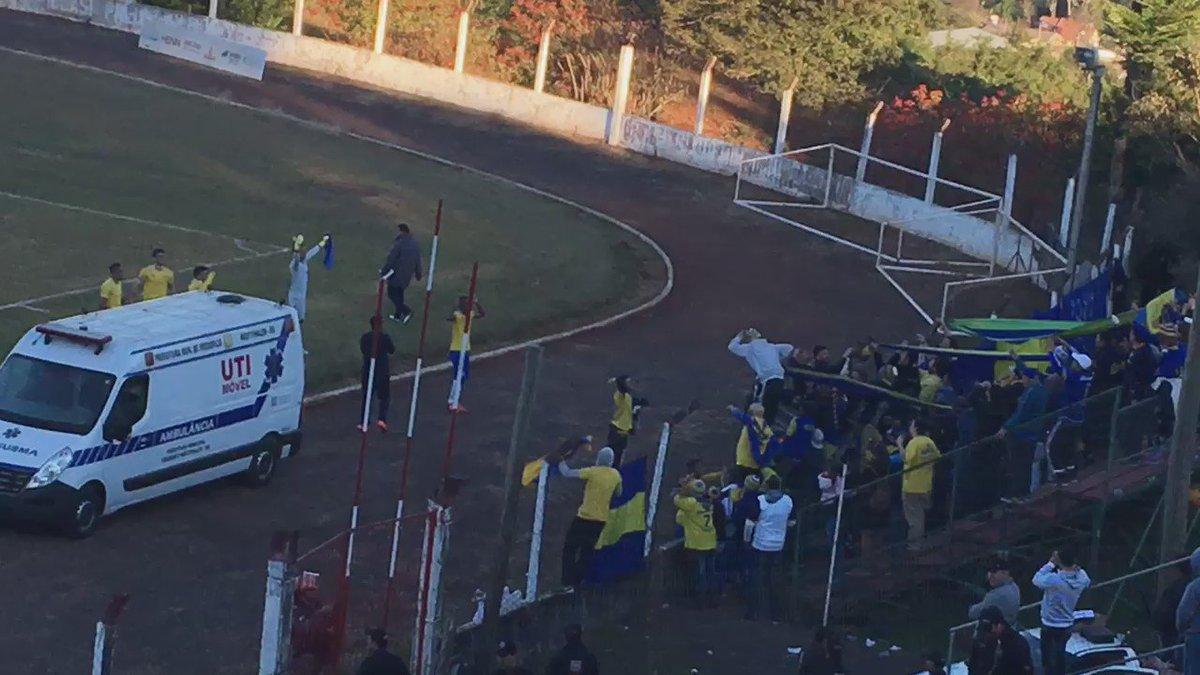 Jogadores comemoram com a torcida que viajou até aqui para acompanhar mais uma vitória.#VamosJuntosLobo https://t.co/QPqDnYdZYU