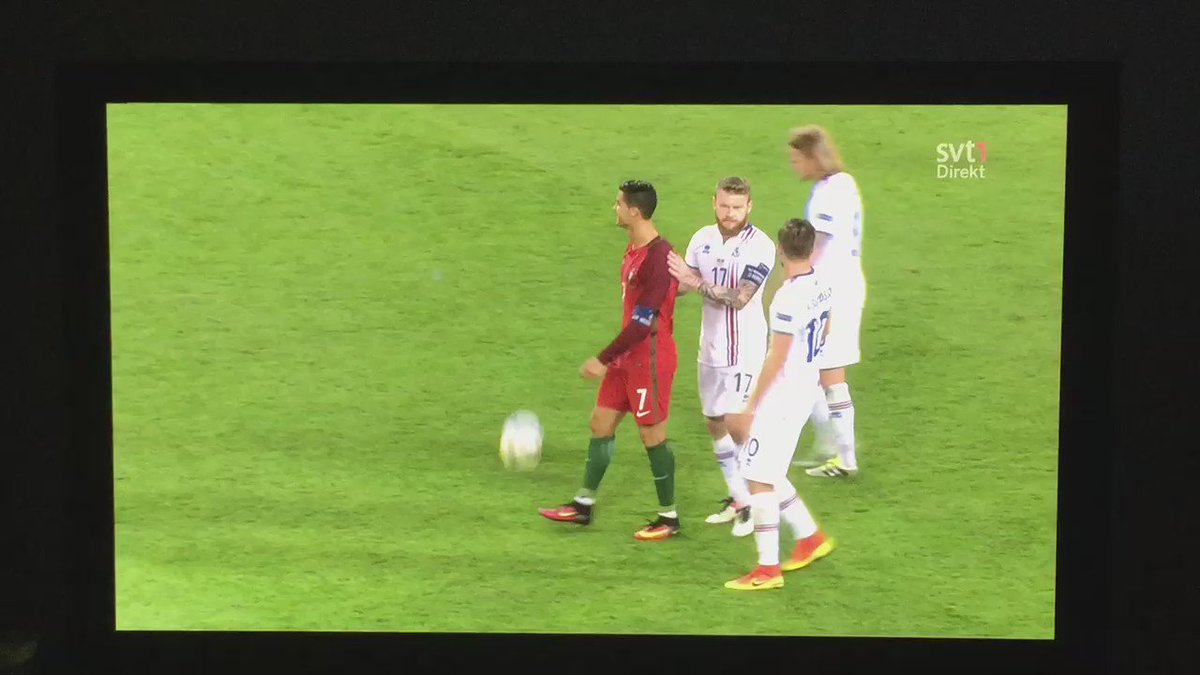 this is brilliant. iceland cpt. aron gunnarsson asking cristiano for his kit five seconds after the whistle https://t.co/Ns5baI0079
