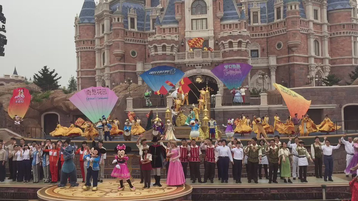 A wet grand opening: #Shanghai #Disneyland ready for its first guests in the rain. https://t.co/2lmT0a79yU