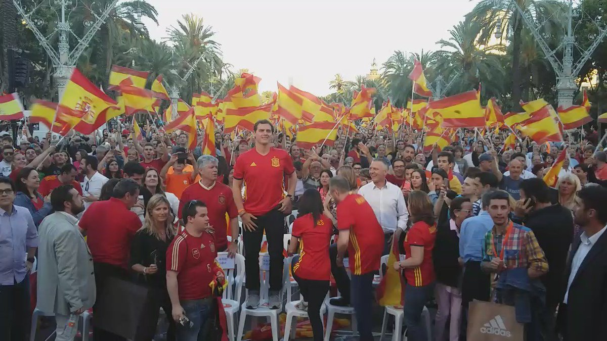 VIDEO / Juega España. Llega Rivera. Barcelona canta https://t.co/5pJkHQp6NF