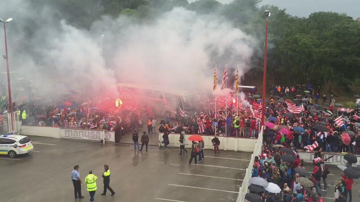 Rebuda als jugadors del @GironaFC a Montilivi! Els @EsportsRAC1 ens hi posem a les 18:30h #frac1 #sensepor https://t.co/k5au4xikMk