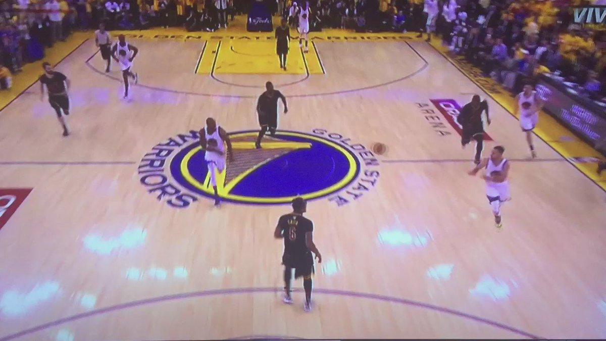 Esta jugada vale una final, vale un anillo, vale un legado...  LeBron James es único. Punto   #NBAFinals https://t.co/AYMg7ltTWn