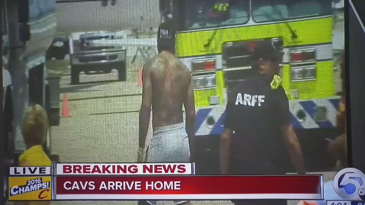 JR Smith... just walking around the parking lot... shirtless... #Cleveland https://t.co/pBOpj0ayZw